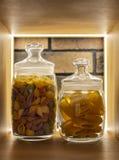 Pastas coloreadas en un estante en un tarro de cristal en un interior moderno fotografía de archivo libre de regalías
