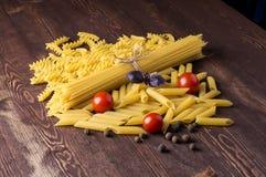 Pastas con diversos tipos de pastas italianas Pastas crudas encendido Imagen de archivo libre de regalías