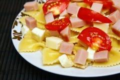 Pastas con el jamón, mozarela, tomates Fotos de archivo libres de regalías