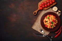 Pastas con el queso, salsa de tomate de cereza en fondo oxidado imagenes de archivo