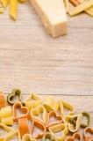 Pastas con forma del corazón en un tablero de madera Foto de archivo