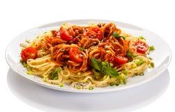 Pastas con la carne, la salsa de tomate, el parmesano y las verduras Foto de archivo libre de regalías