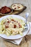 Pastas con la salsa cremosa y los tomates secados al sol Fotografía de archivo
