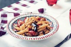 Pastas con la salsa de la berenjena, de los pescados y de tomate en restaurante en Catania, Sicilia, Italia imágenes de archivo libres de regalías