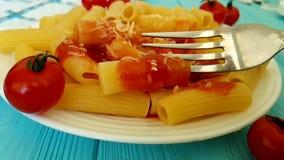 Pastas con la salsa de tomate almacen de metraje de vídeo