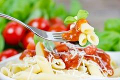 Pastas con la salsa de tomate imagen de archivo