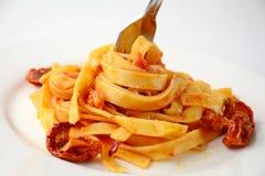 Pastas con la salsa de tomate, los tomates secados al sol y el queso Fotos de archivo
