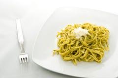 Pastas con la salsa verde italiana del pesto Fotografía de archivo libre de regalías