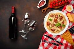 Pastas con las albóndigas, salsa de tomate de cereza, queso, triunfo de los espaguetis foto de archivo libre de regalías