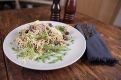 Pastas con las anchoas y las aceitunas negras Imagen de archivo