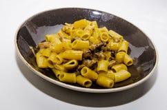 Pastas con las pastas de los macarrones con la carne y el curry imagen de archivo libre de regalías