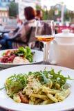 Pastas con las nueces frescas de la ensalada y de pino del arugula Fotos de archivo libres de regalías