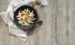 Pastas con las setas en la tabla de madera rústica Foto de archivo