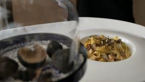 Pastas con las trufas, plato típico del otoño en restaurante italiano almacen de video