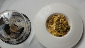 Pastas con las trufas, plato típico del otoño en restaurante italiano metrajes