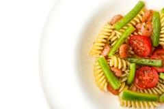 Pastas con las verduras y los camarones en la opinión superior del fondo blanco Imagen de archivo