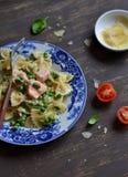 Pastas con los guisantes de color salmón y verdes en una salsa cremosa Foto de archivo libre de regalías