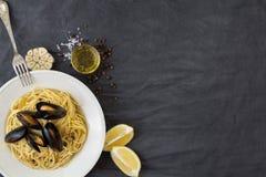 Pastas con los mejillones, los limones y las especias Fotos de archivo libres de regalías