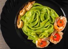 Pastas con los tomates del camarón y de cereza foto de archivo libre de regalías