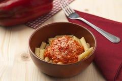 Pastas con pimienta de la crema, del parmesano, del tomate y de chiles de la pimienta roja Fotografía de archivo libre de regalías