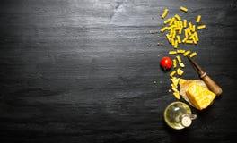 Pastas con queso, aceite de oliva y el tomate Imagen de archivo