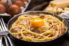 Pastas con tocino, el huevo y el queso fotografía de archivo