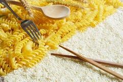 Pastas contra el arroz Imagen de archivo libre de regalías