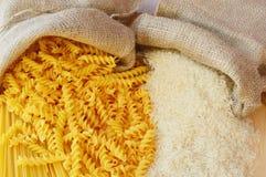 Pastas contra el arroz Imagenes de archivo