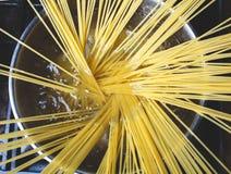 Pastas crudas de los espaguetis en agua hirvienda Foto de archivo libre de regalías