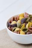Pastas crudas del cocciolette en un cuenco blanco Fotos de archivo libres de regalías