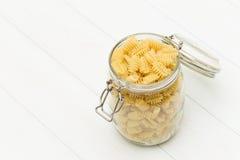 Pastas crudas del radiatori en un tarro de cristal Fotografía de archivo libre de regalías