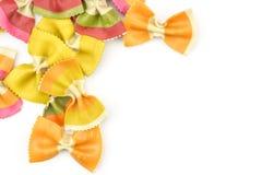 Pastas crudas frescas del farfalle aisladas en blanco fotos de archivo libres de regalías