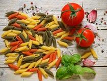 Pastas crudas italianas coloridas Penne de las pastas tricolor Fotos de archivo libres de regalías