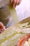Pastas cuting del hombre fotografía de archivo libre de regalías