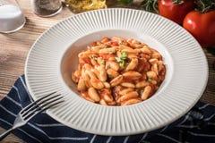 Pastas de Cavatelli con la salsa de tomate fresca fotografía de archivo