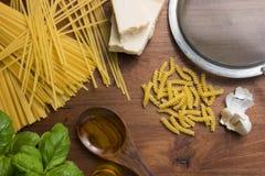 Pastas de cocinar mediterráneas de la comida italiana Fotos de archivo libres de regalías