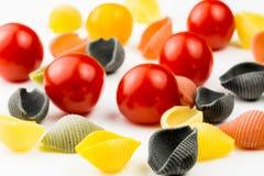 Pastas de Conchiglie con los tomates de cereza Fotografía de archivo
