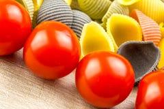 Pastas de Conchiglie con los tomates de cereza Fotografía de archivo libre de regalías