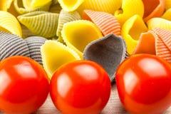 Pastas de Conchiglie con los tomates de cereza Imagen de archivo libre de regalías