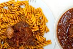 Pastas de Fusilli con la salsa napolitana de la carne del ragu del estilo Fotografía de archivo