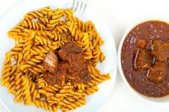 Pastas de Fusilli con la salsa napolitana de la carne del ragu del estilo Fotografía de archivo libre de regalías