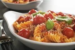 Pastas de Fusilli con los tomates de cereza Imagenes de archivo