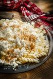 Pastas de Fusilli con requesón, azúcar y canela imagen de archivo libre de regalías
