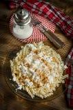 Pastas de Fusilli con requesón, azúcar y canela fotos de archivo
