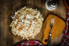 Pastas de Fusilli con requesón, azúcar y canela fotos de archivo libres de regalías
