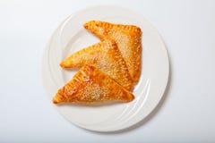 Pastas de hojaldre hechas en casa del queso en una placa blanca imagen de archivo libre de regalías