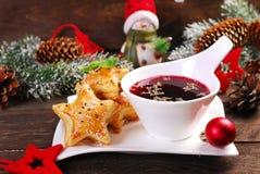 Pastas de hojaldre y borscht rojo para la Nochebuena fotografía de archivo