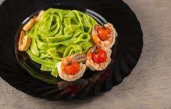 Pastas de la espinaca con los camarones imagen de archivo