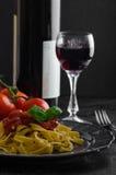 Pastas de la sémola con salsa, ajo y albahaca picantes del tomate Imagenes de archivo