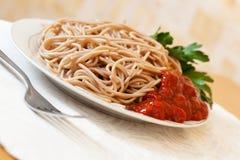 Pastas de los espaguetis con ketchup foto de archivo